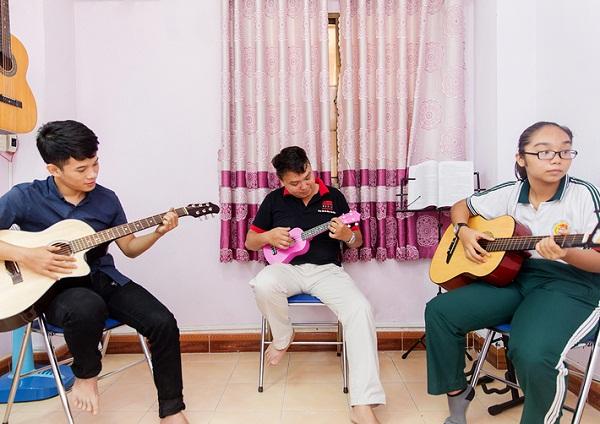 Gia sư dạy đàn guitar giỏi giúp con phát triển toàn diện