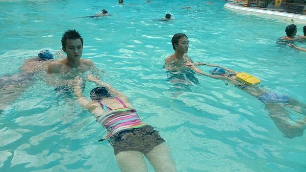 Gia sư dạy bơi giúp các bạn phát triển thể chất một cách toàn diện